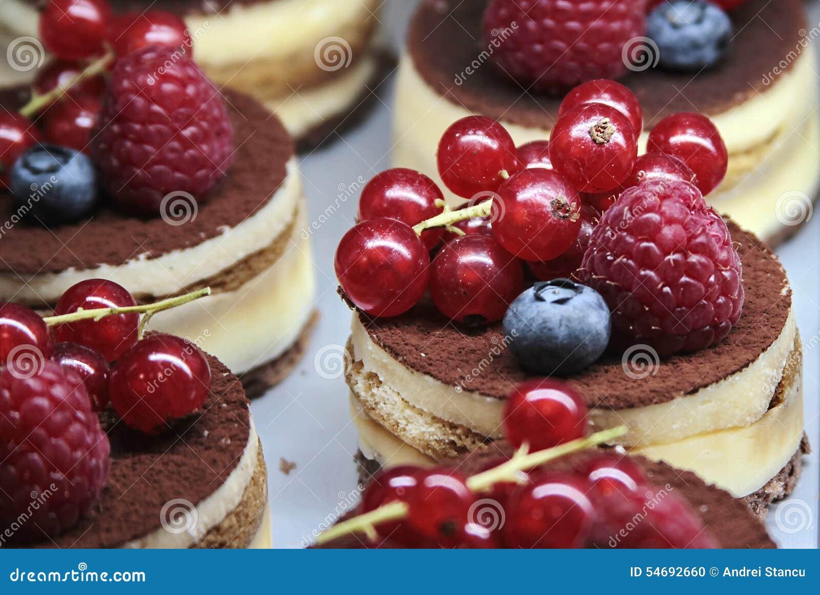 Gâteaux avec de la crème et des baies
