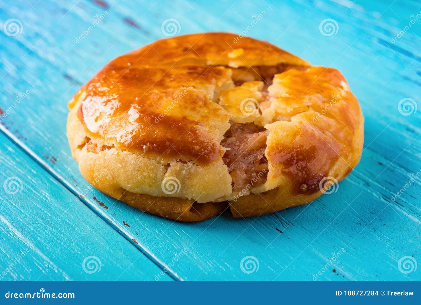 Gâteaux caoutchouteux doux ou le chickee de vue de côté les mini durcit sur le bleu