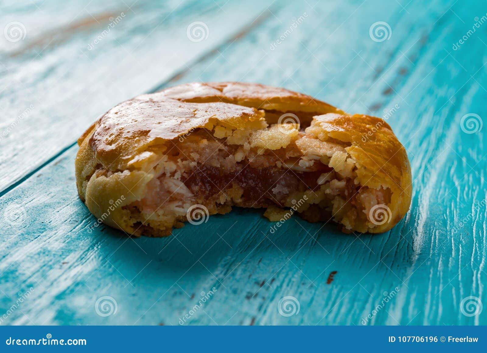 Gâteaux caoutchouteux doux ou le chickee de vue de côté de pousse de studio les mini durcit avec une morsure
