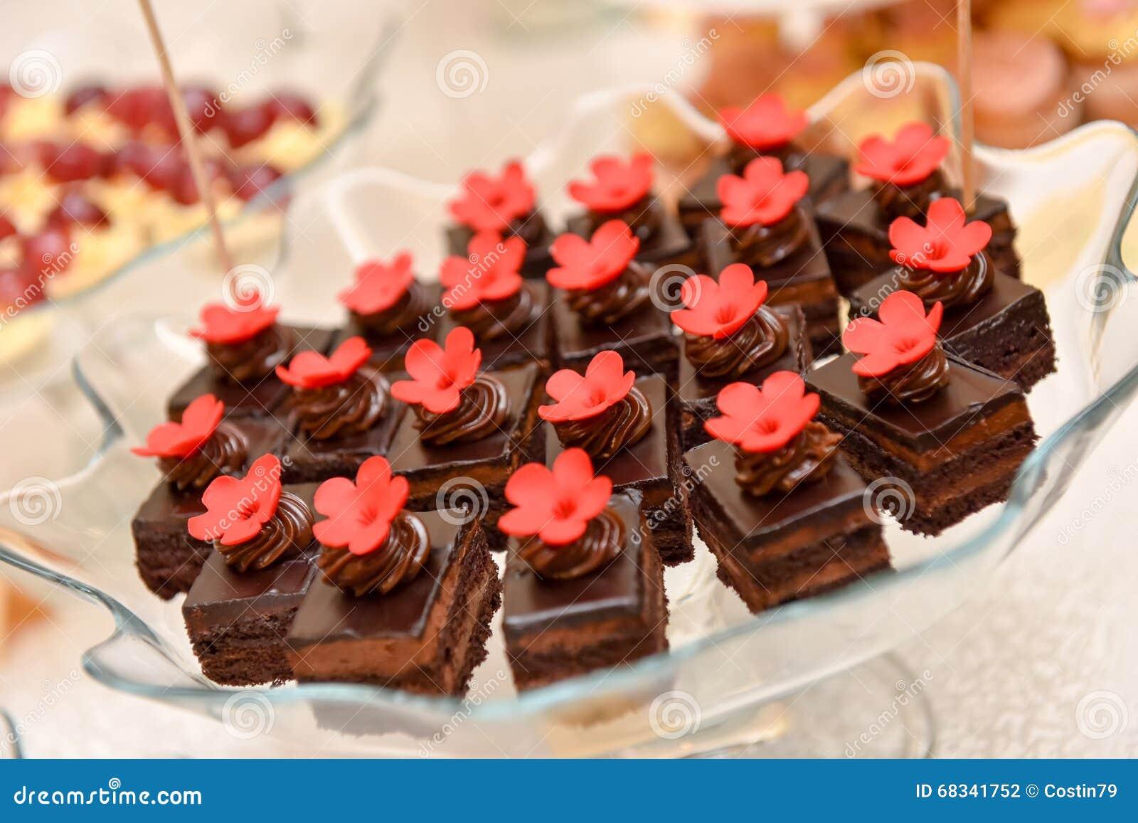 Gateaux De Chocolat Avec La Fleur Rouge Photo Stock Image Du