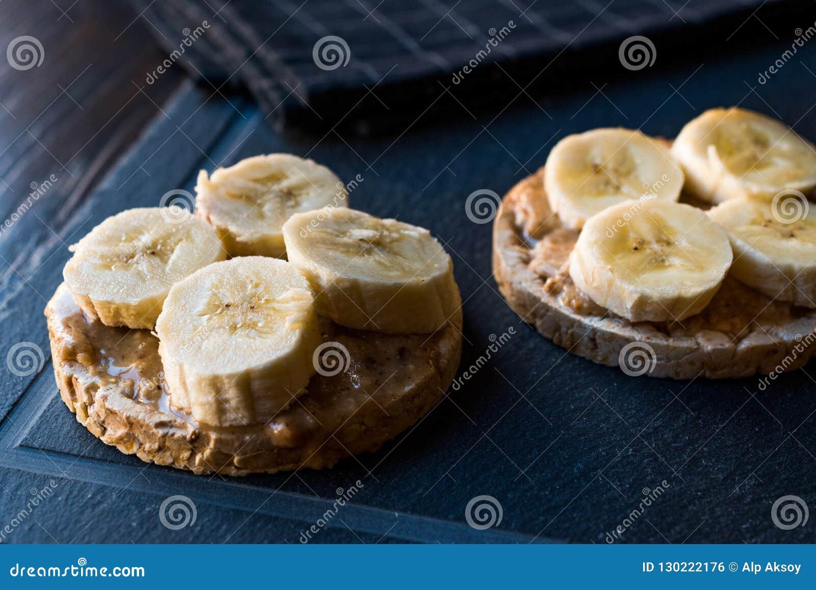 Gâteaux de riz de bulgur avec les bananes et le beurre d arachide coupé en tranches/biscuits ronds