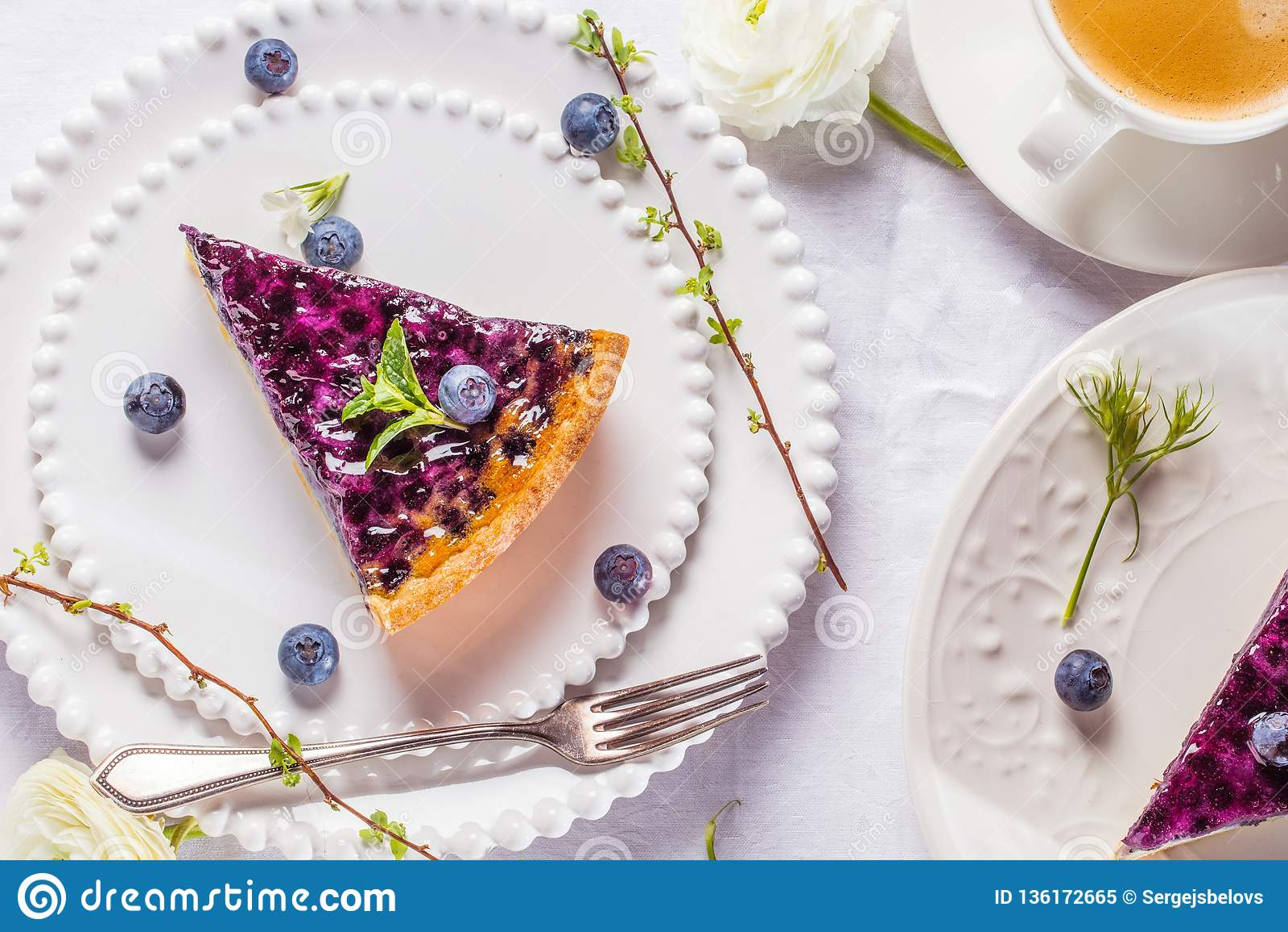 Gâteaux doux de fromage avec les baies, la menthe et la crème fouettée Vue supérieure