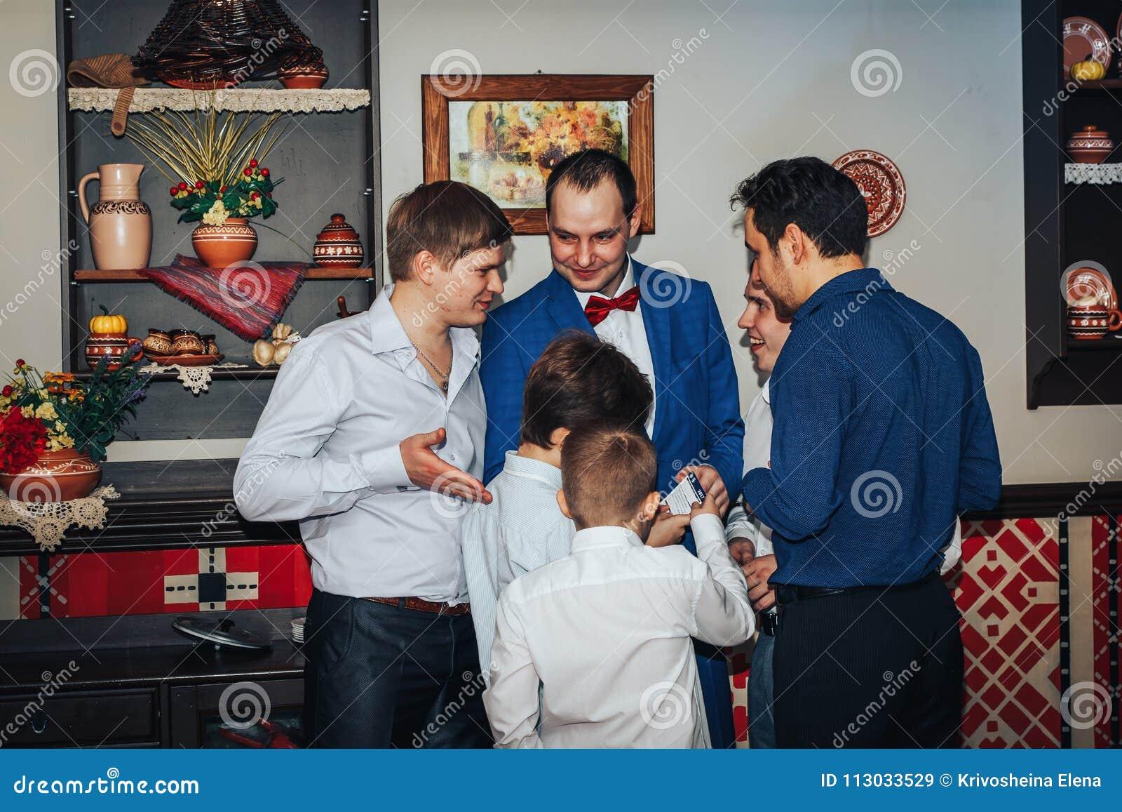 Gäste nehmen an den Spielen teil, die während des Hochzeit Banketts organisiert werden