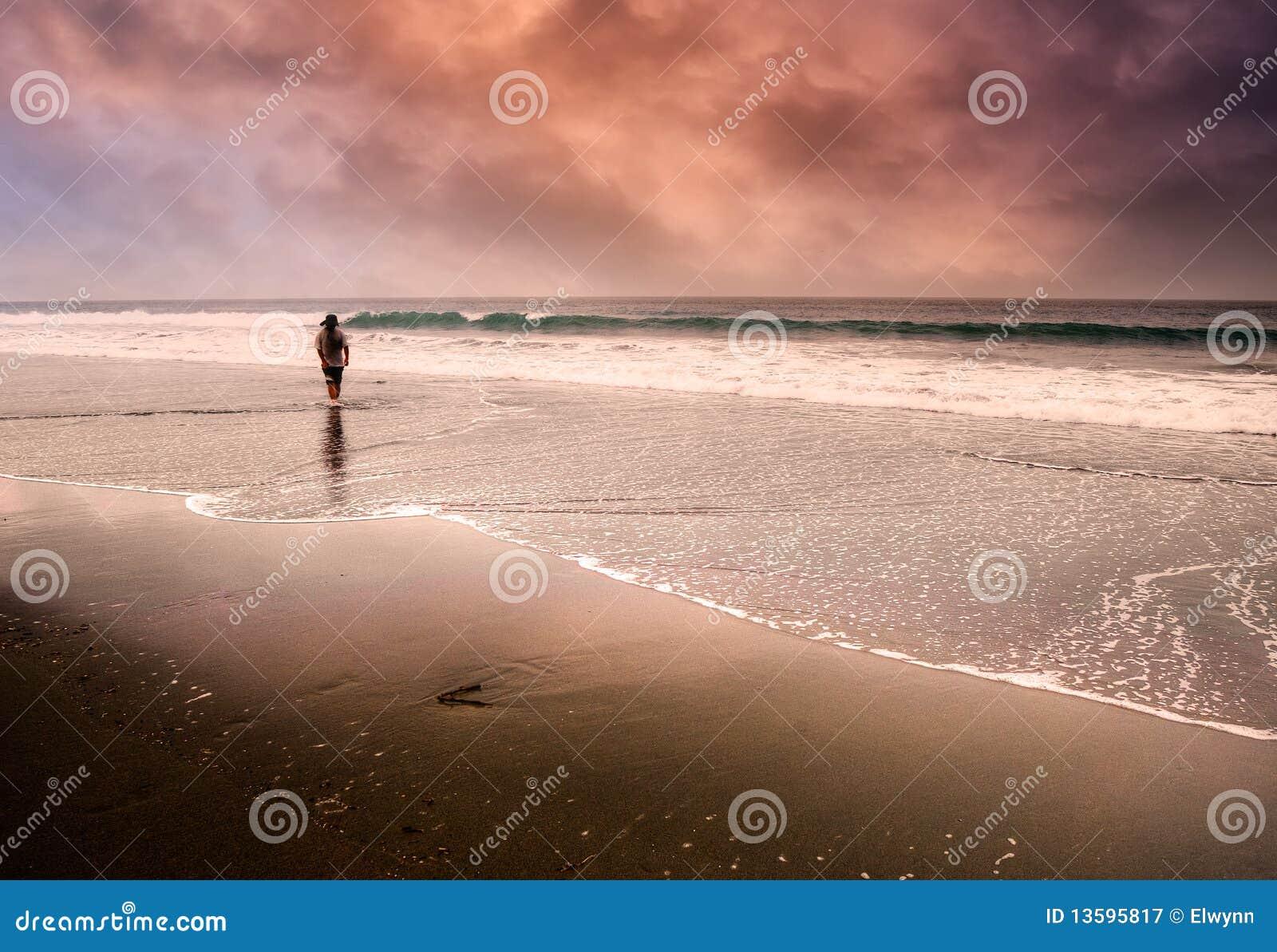 Gå för man för strand ensamt