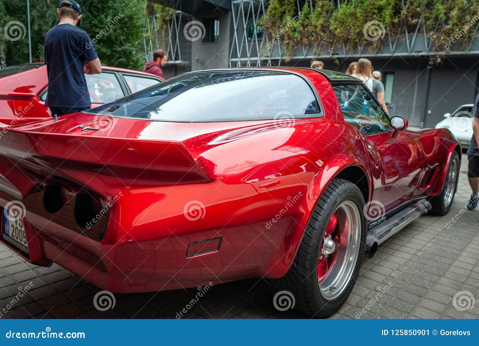 Gå i ax sikten av tappning röda Chevrolet Camaro som blir parkerat på gatan