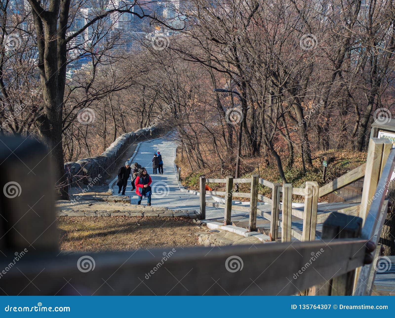 Gå till överkanten av det Namsan tornet genom att använda trappan