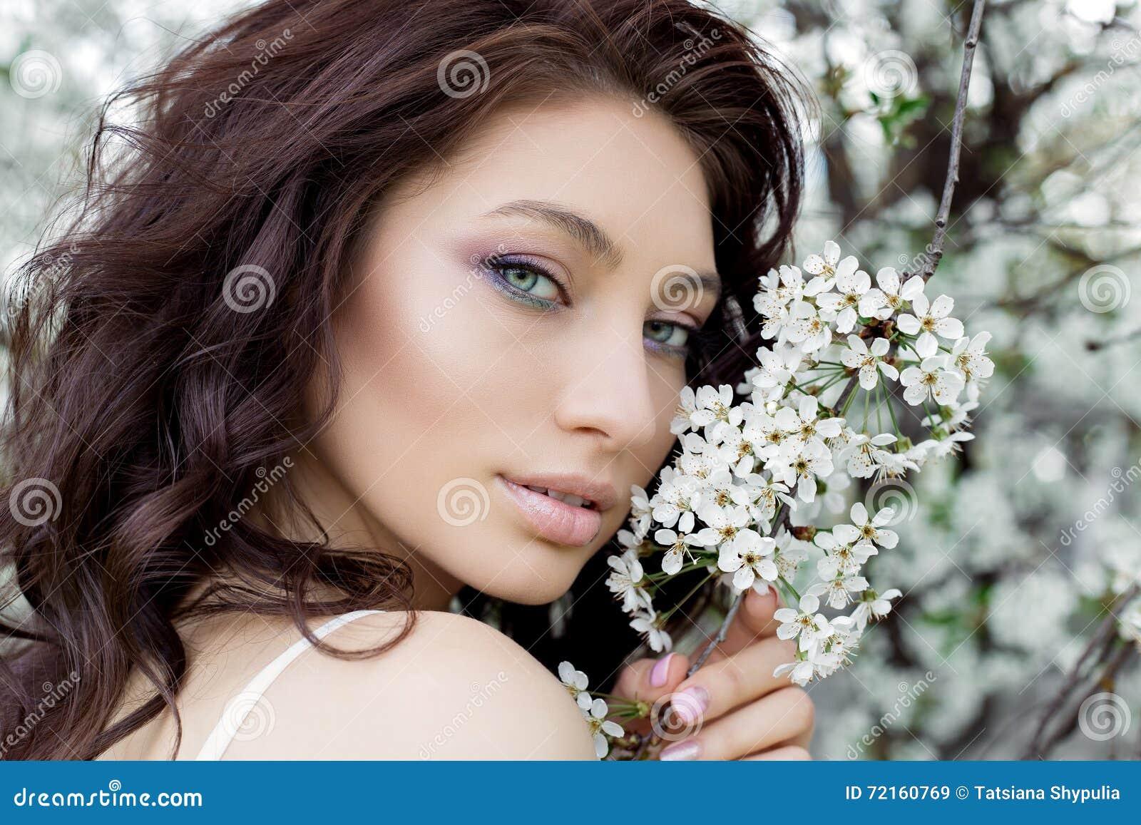 Går den härliga gulliga söta sexiga flickabruden för ståenden med fulla kanter för det försiktiga ögonsminket i klänning för vitt