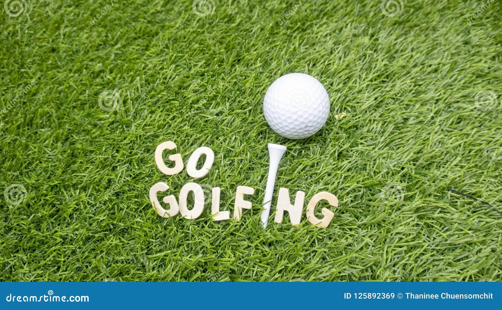 Går golfspelet med golfboll på grönt gräs