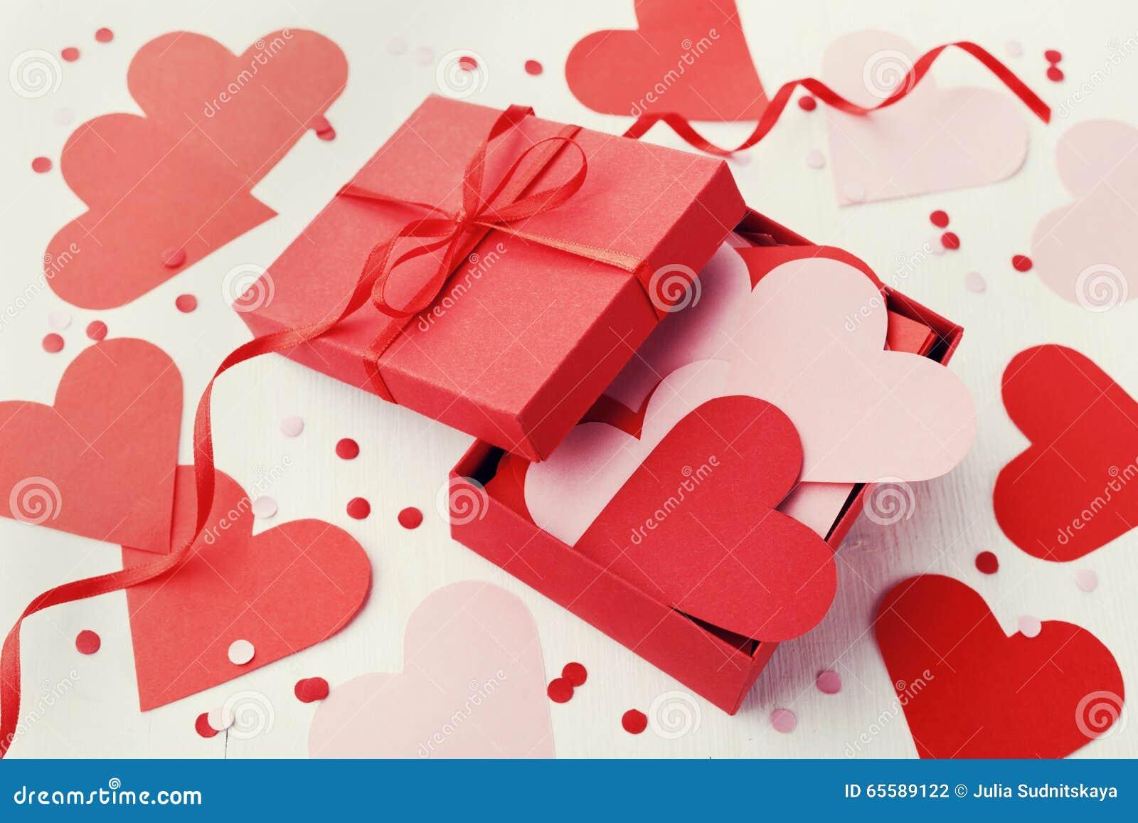 Gåvaask mycket av hjärtor på vit bakgrund för Sankt valentindag