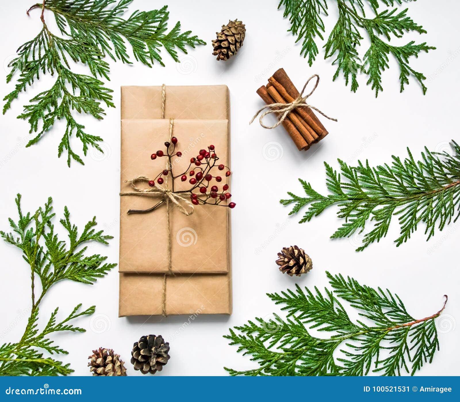 Gåvaaskar i hantverk skyler över brister på vit bakgrund Jul eller annan feriebegrepp, bästa sikt, lekmanna- lägenhet