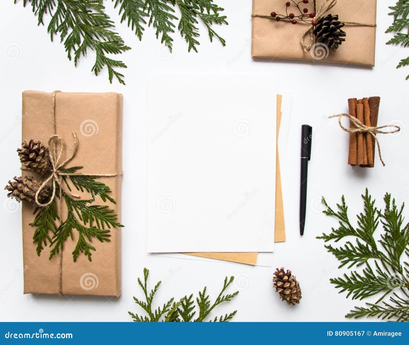 Gåvaaskar i hantverkpapper och en bokstav på vit bakgrund Jul eller annan feriebegrepp, bästa sikt, lekmanna- lägenhet