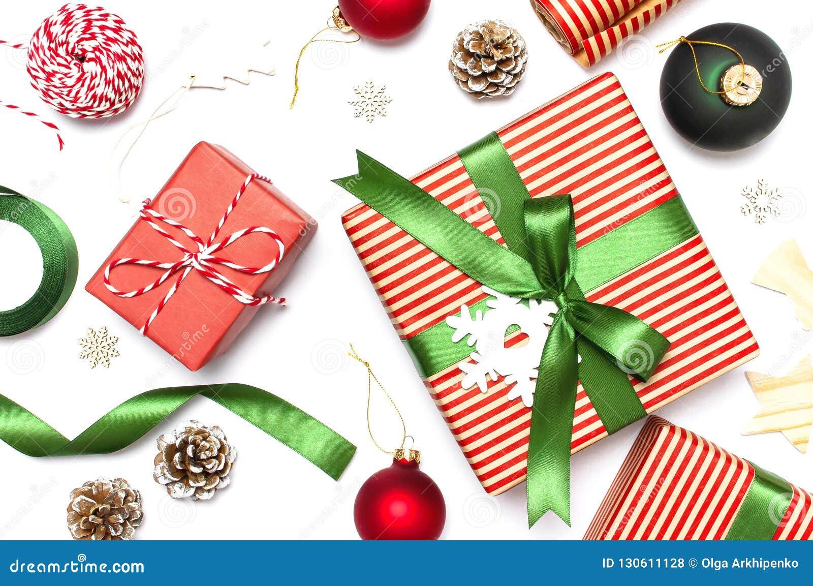 Gåvaaskar, jul klumpa ihop sig, leksaker, grankottar, band på vit bakgrund Festligt lyckönskan, julklappar Xma för nytt år