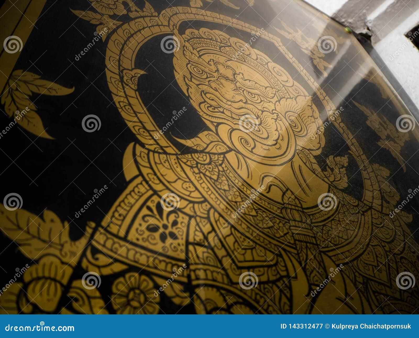 Géant doré de modèle de porte dans le temple