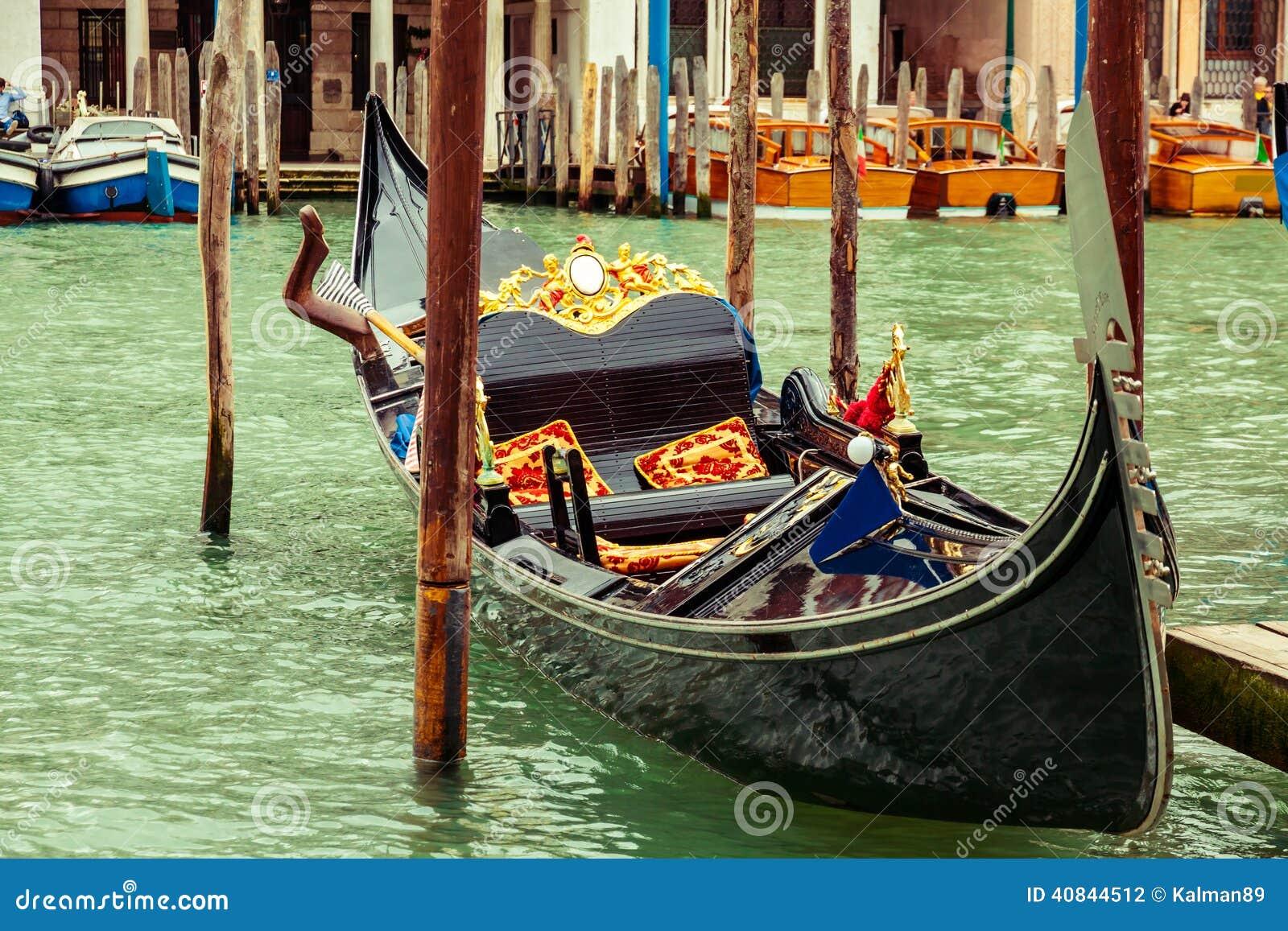 Góndola de lujo en Venecia, Italia