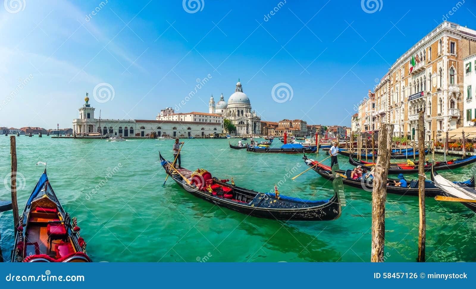 Góndola en el canal grande con los di Santa Maria, Venecia, Italia de la basílica