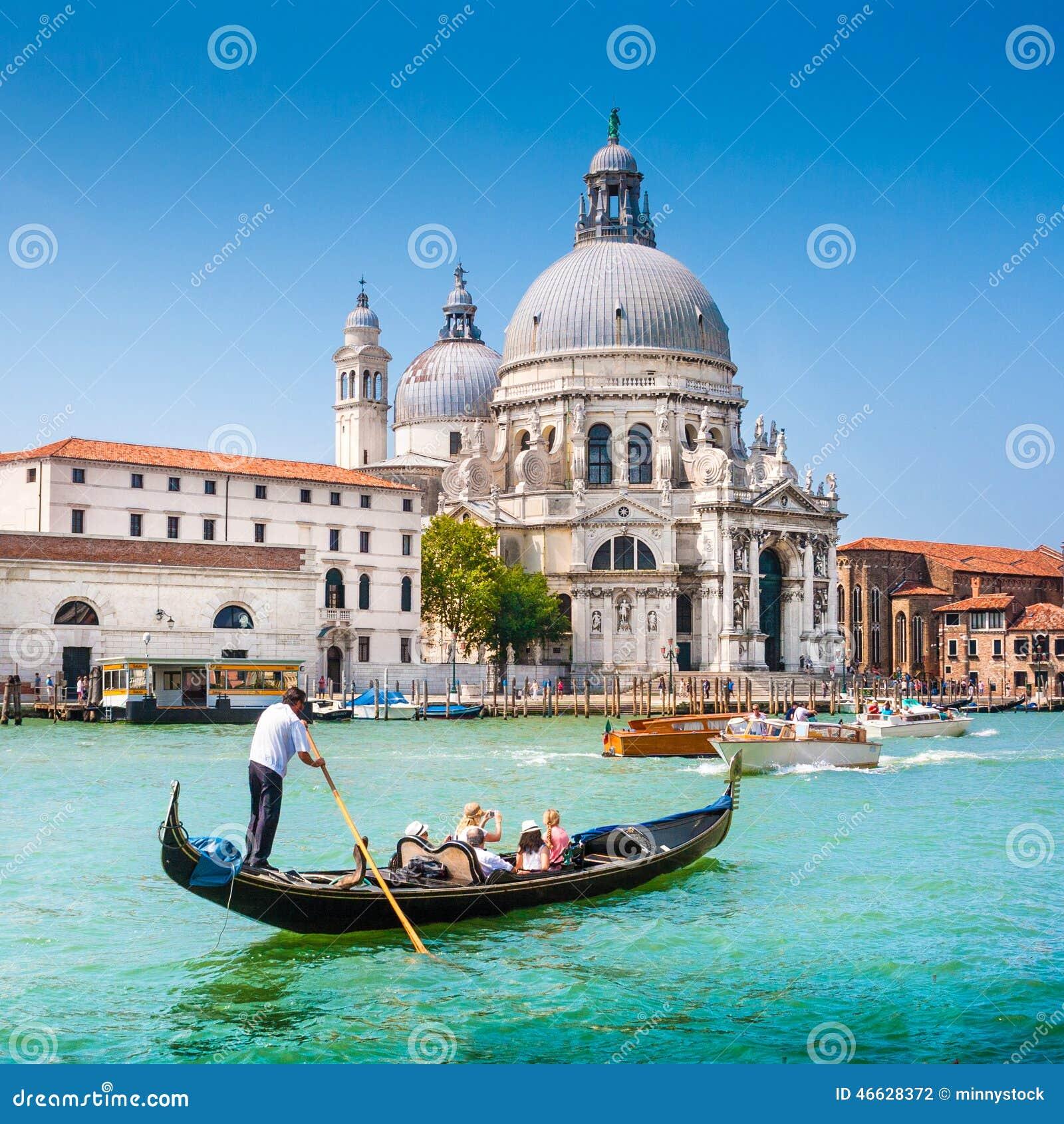 Góndola en el canal grande con Santa Maria della Salute, Venecia, Italia
