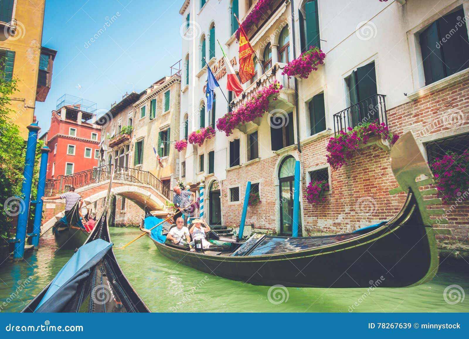 Góndolas en el canal en Venecia, Italia con efecto retro del filtro del vintage