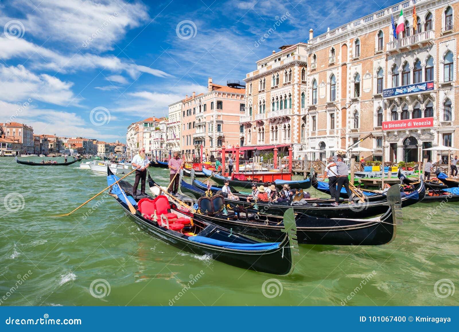 Góndolas tradicionales al lado de palacios hermosos viejos en Grand Canal en Venecia