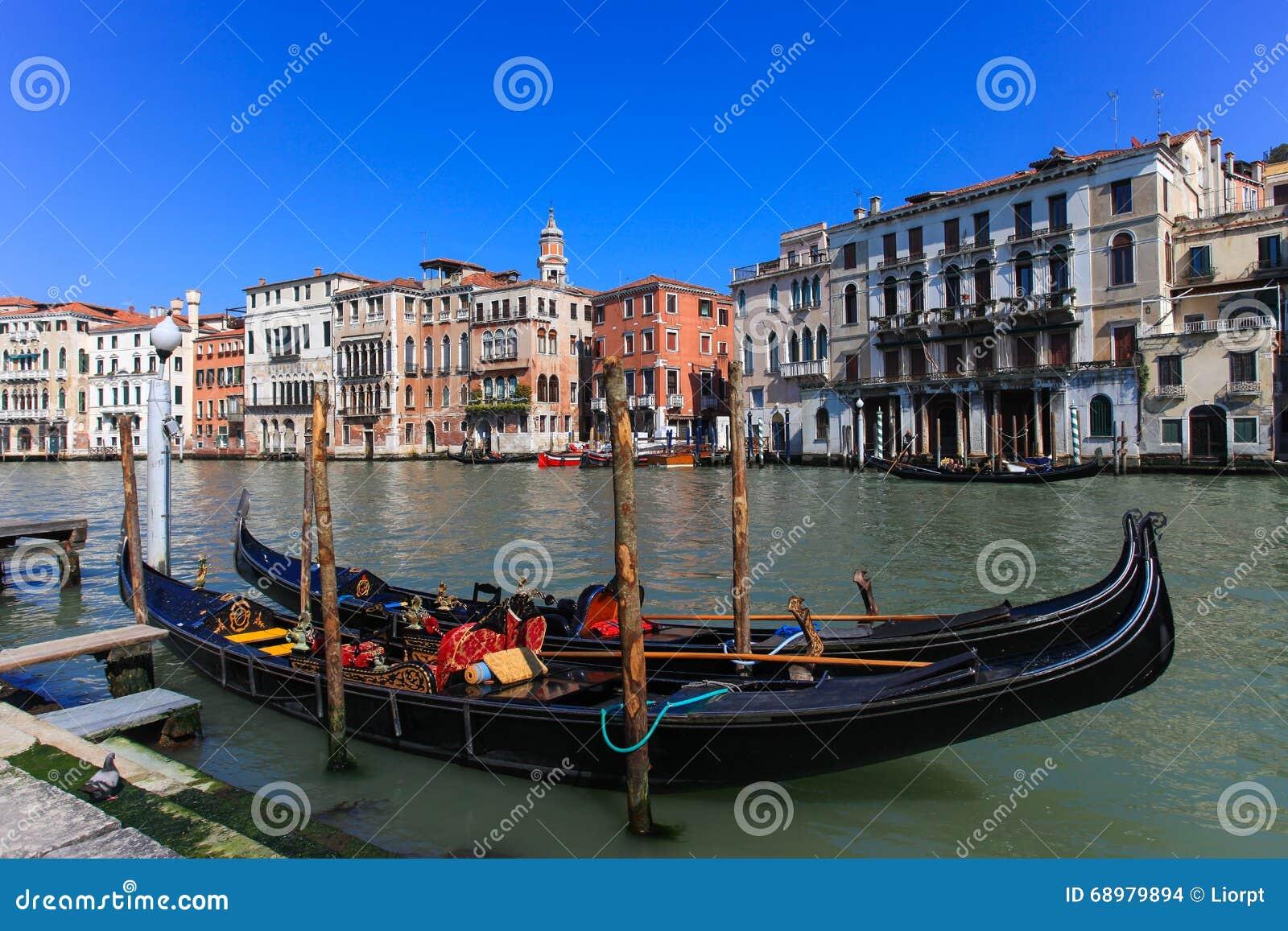 Góndolas tradicionales en Venecia