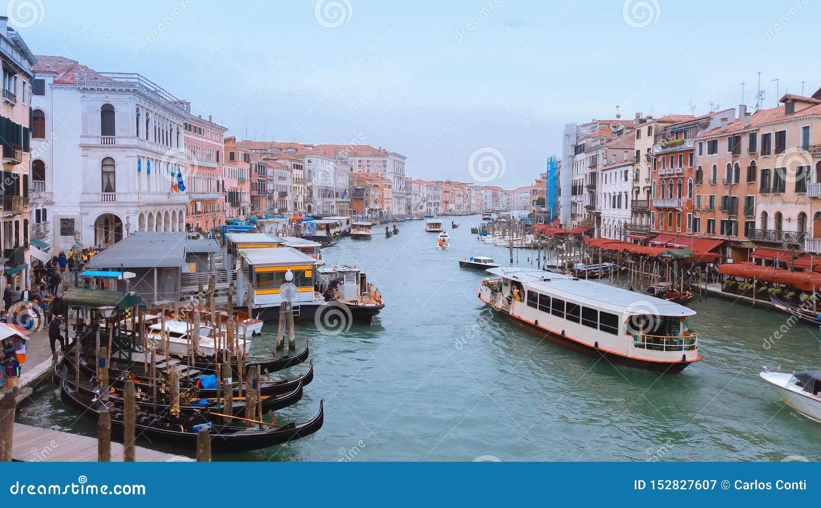 Góndolas y diversos barcos que navegan en el río Arno