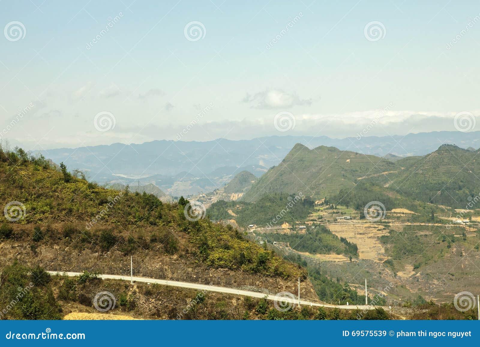 Góra, droga i chmura, niebieskie niebo przy płuca Cu