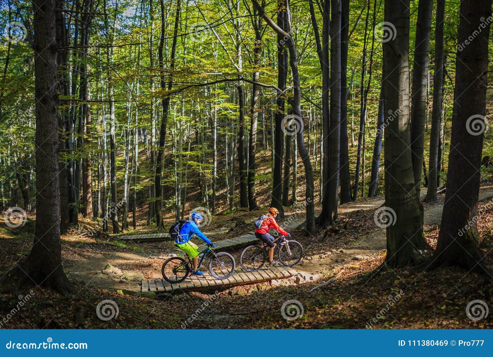 Góra jechać na rowerze kobiety i mężczyzna jazdę na rowerach przy zmierzch górą