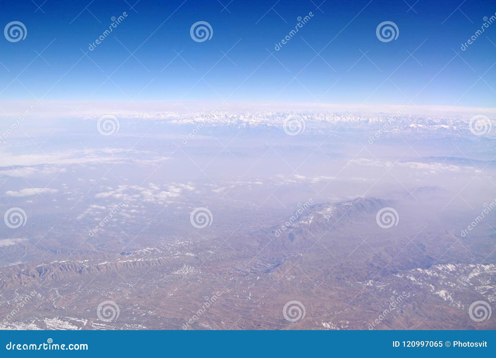 Góra krajobraz na niebieskim niebie, widok z lotu ptaka Ziemska powierzchnia Środowisko ekologia i ochrona podróżomania i podróż