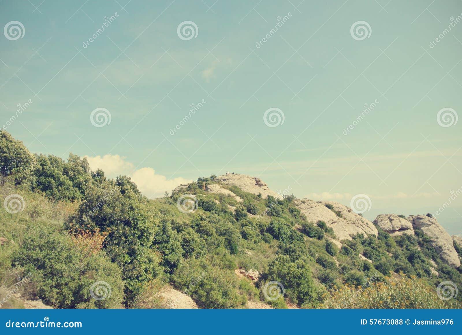 Góra krajobraz na słonecznym dniu; filtrujący, retro styl,