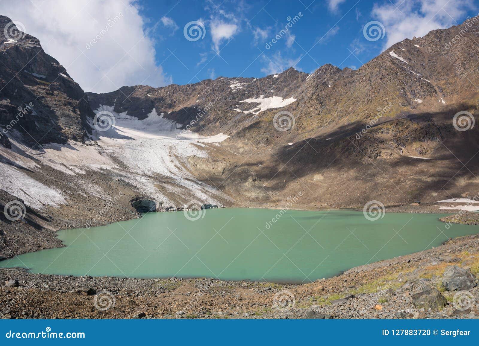 Góra krajobraz z pięknym jeziorem, niebem i lodowem,