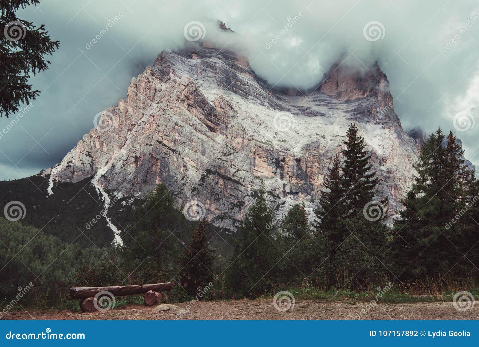 Góra wierzchołek zakrywa z chmurami