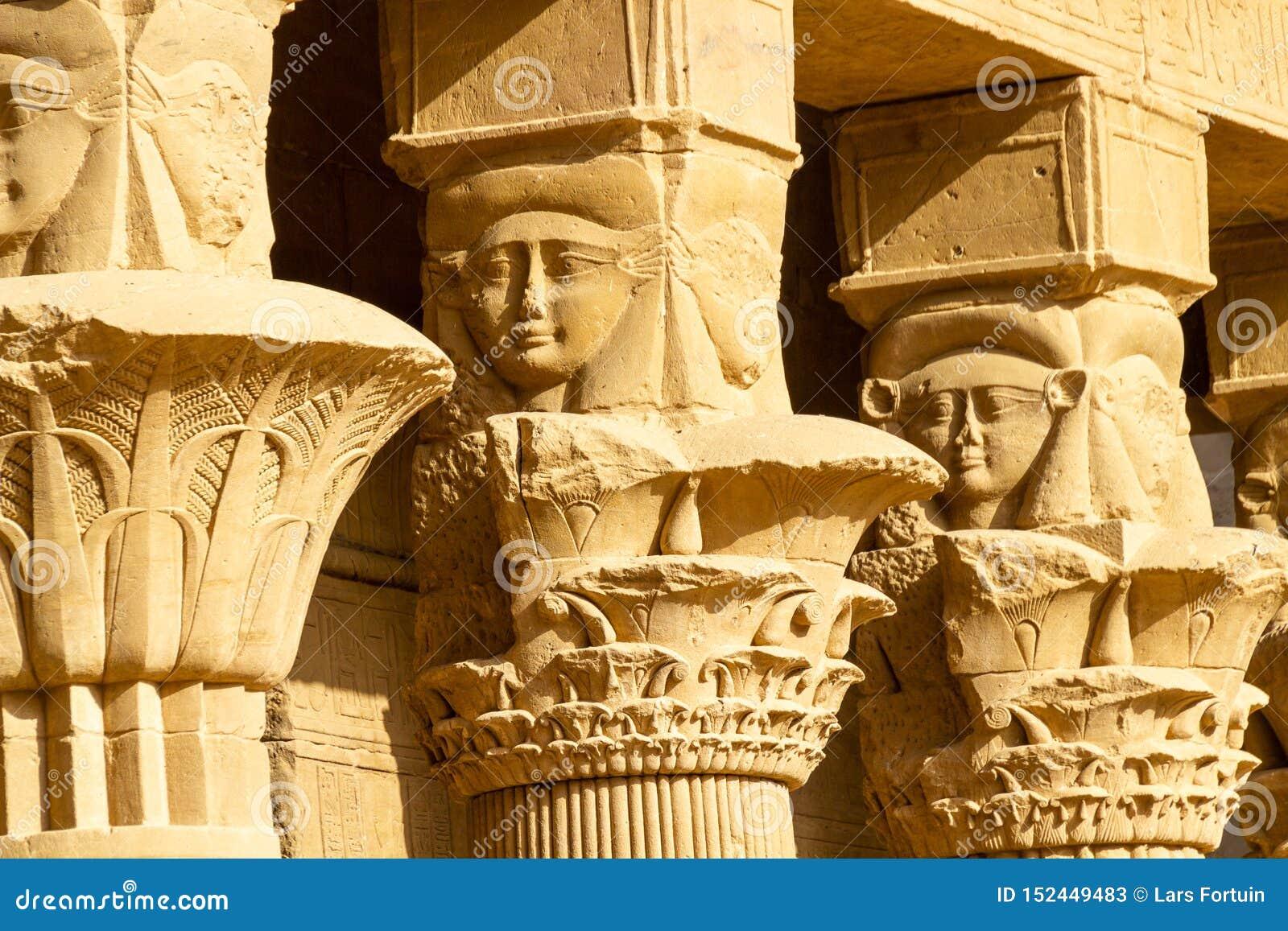 Górna szpaltowa dekoracja przy podwórzem świątynia Philae