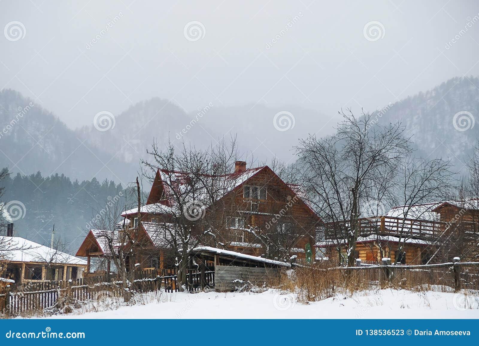 Górska wioska na błękitnym natury tle Dom w Altai górach krajobrazu wiejskiego