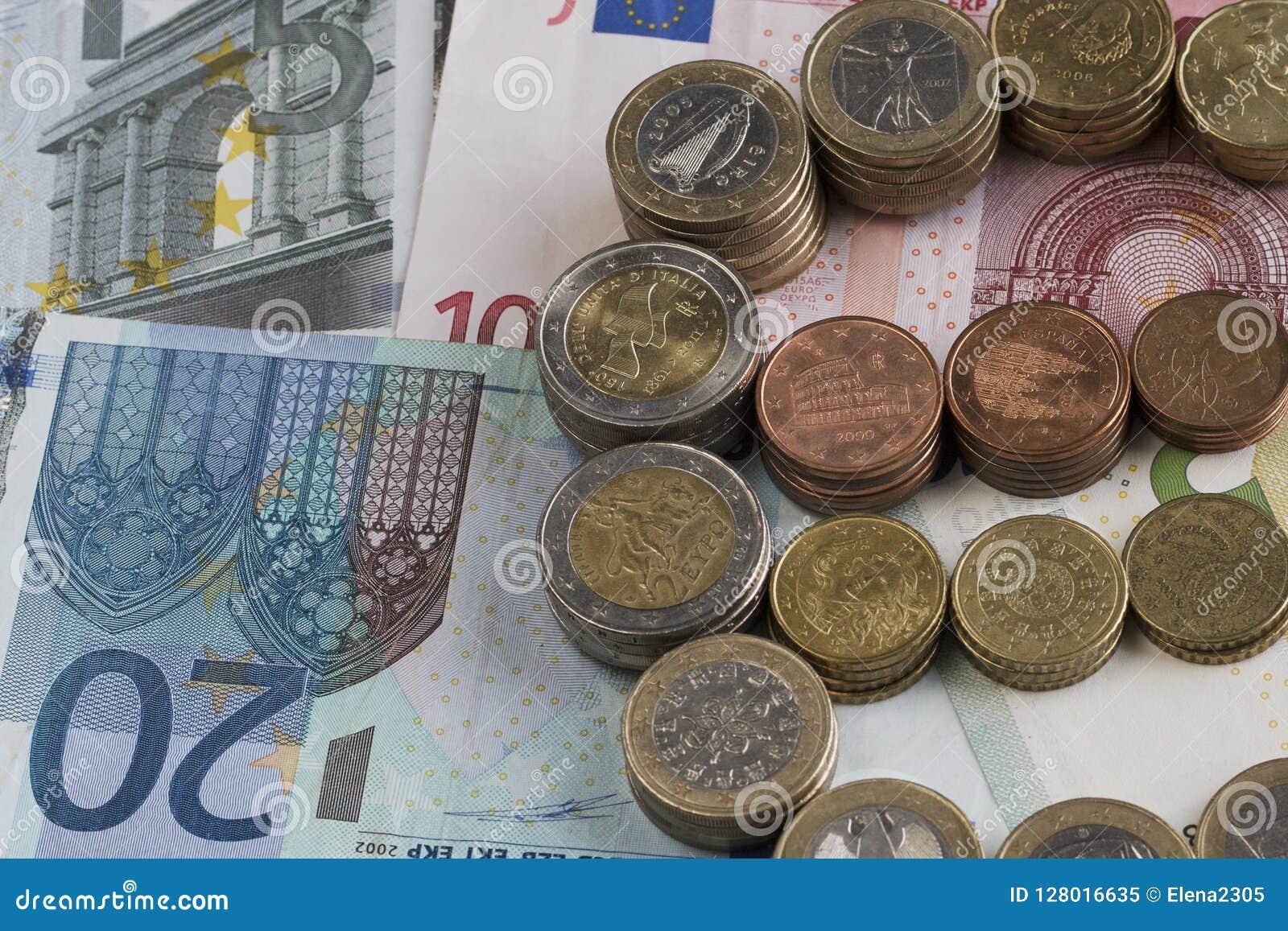 Góruje euro monety w postaci euro znaka