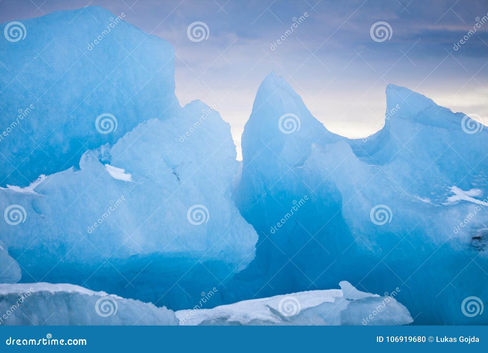 Góry lodowa pływa na zamarzniętej wodzie, zakończenie