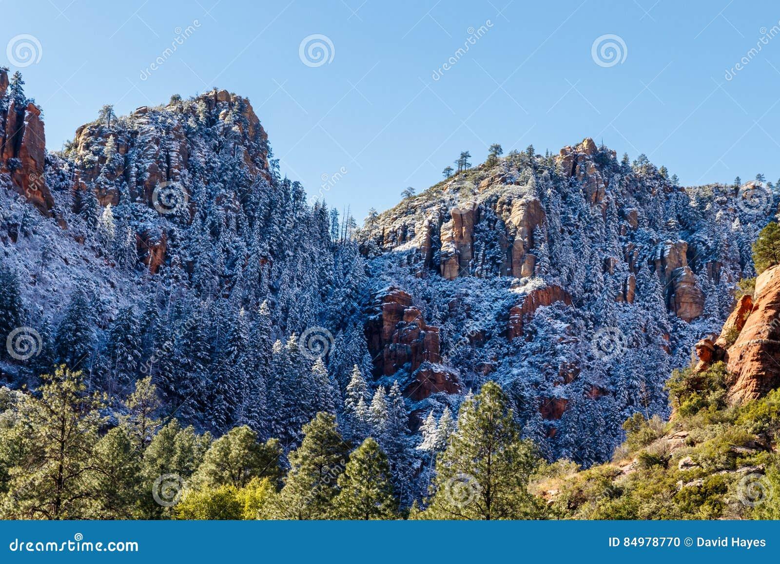 Góry Sedona, Arizona po niedawnego opadu śniegu