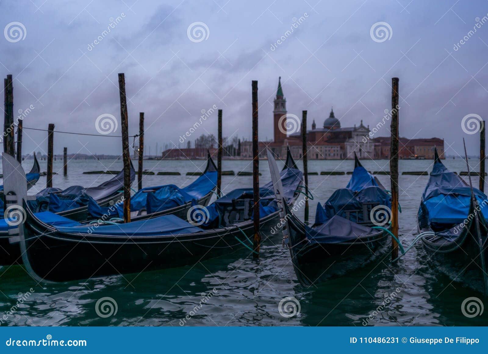 Gôndola na manhã em Veneza antes da chegada do turista