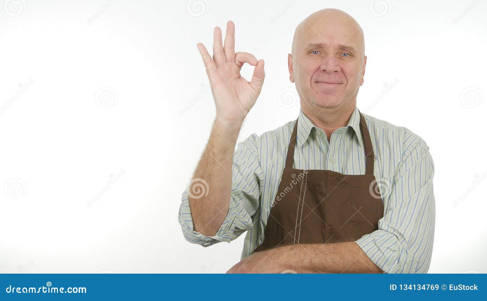 Gör det bärande kökförklädet för den lyckliga mannen det bra jobbtecknet reko gester