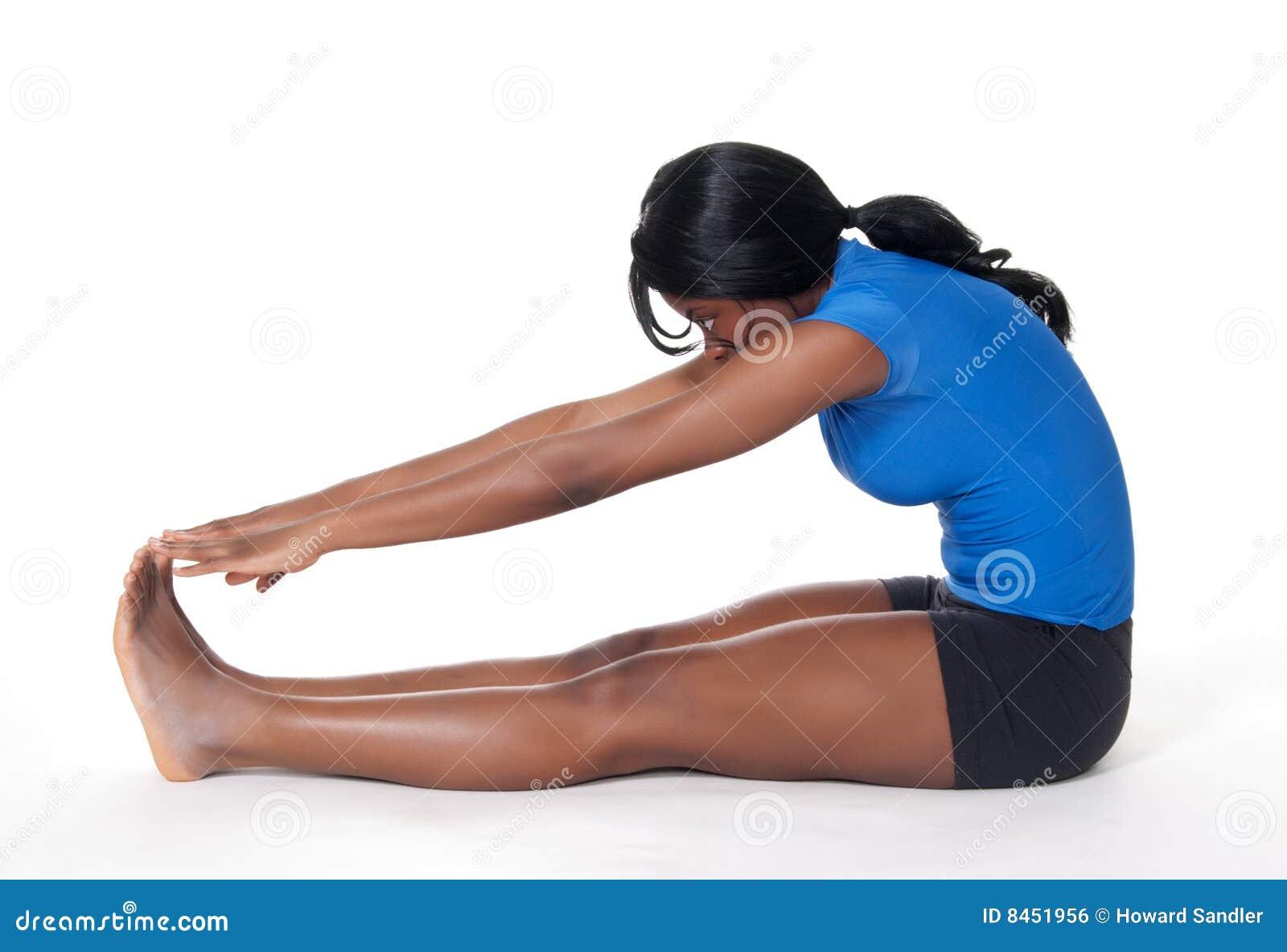 Göra övningen som sträcker kvinnan