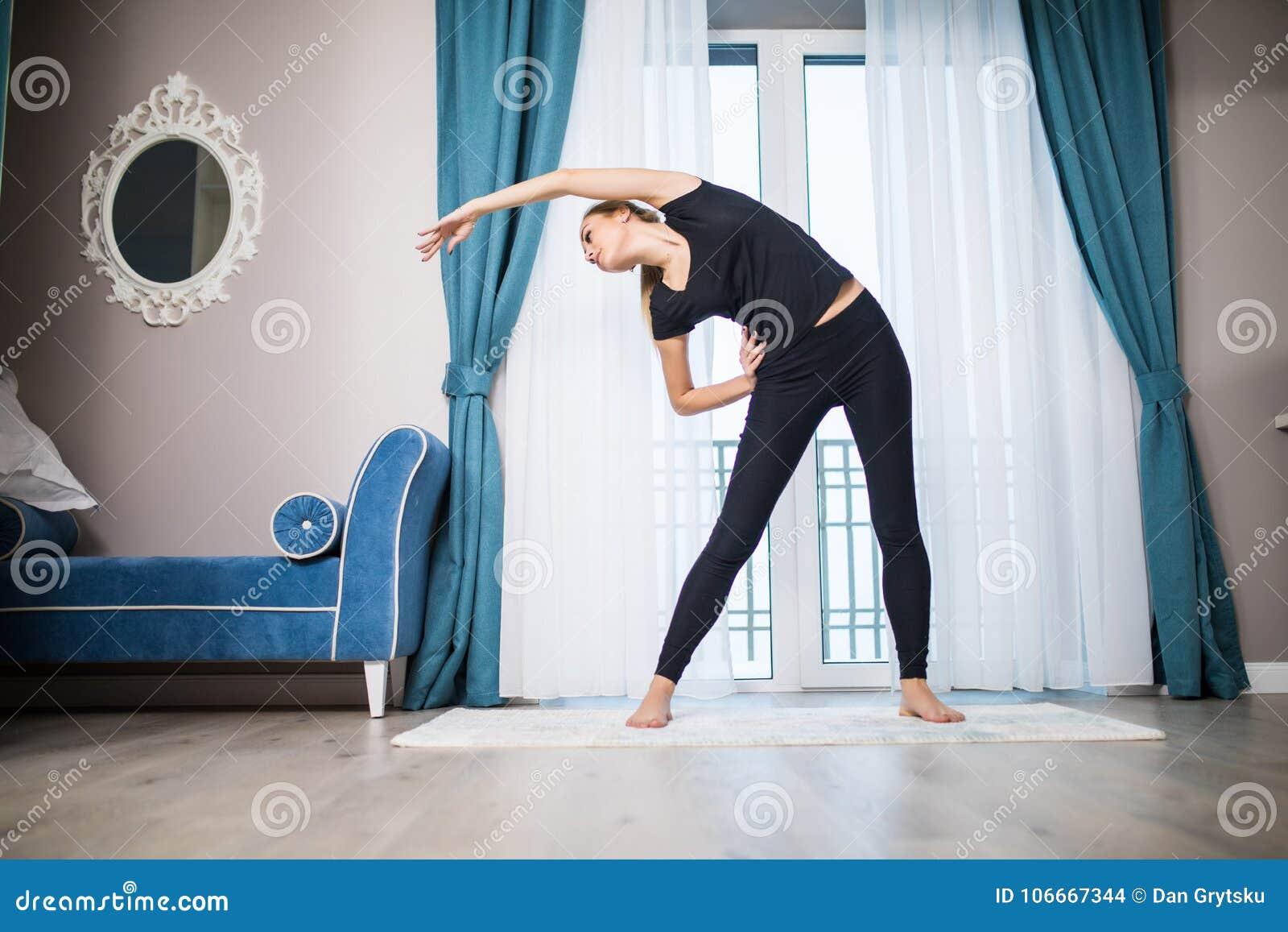 Göra home kvinnayoga för övning Morgongenomkörare i sovrum Sund och sportlivsstil