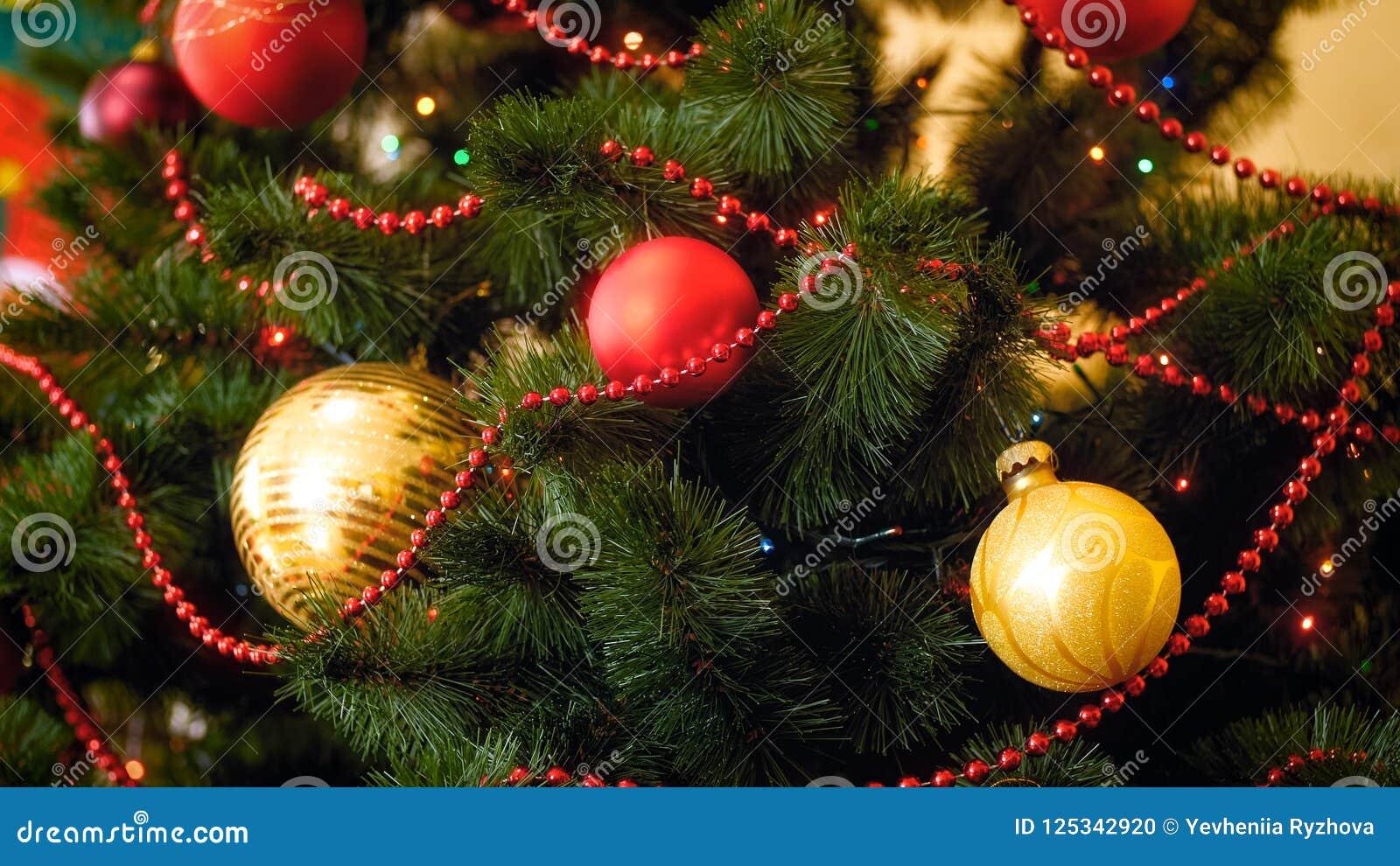 Göra perfekt bilden för jul som annonserar med färgrika struntsaker och girlander