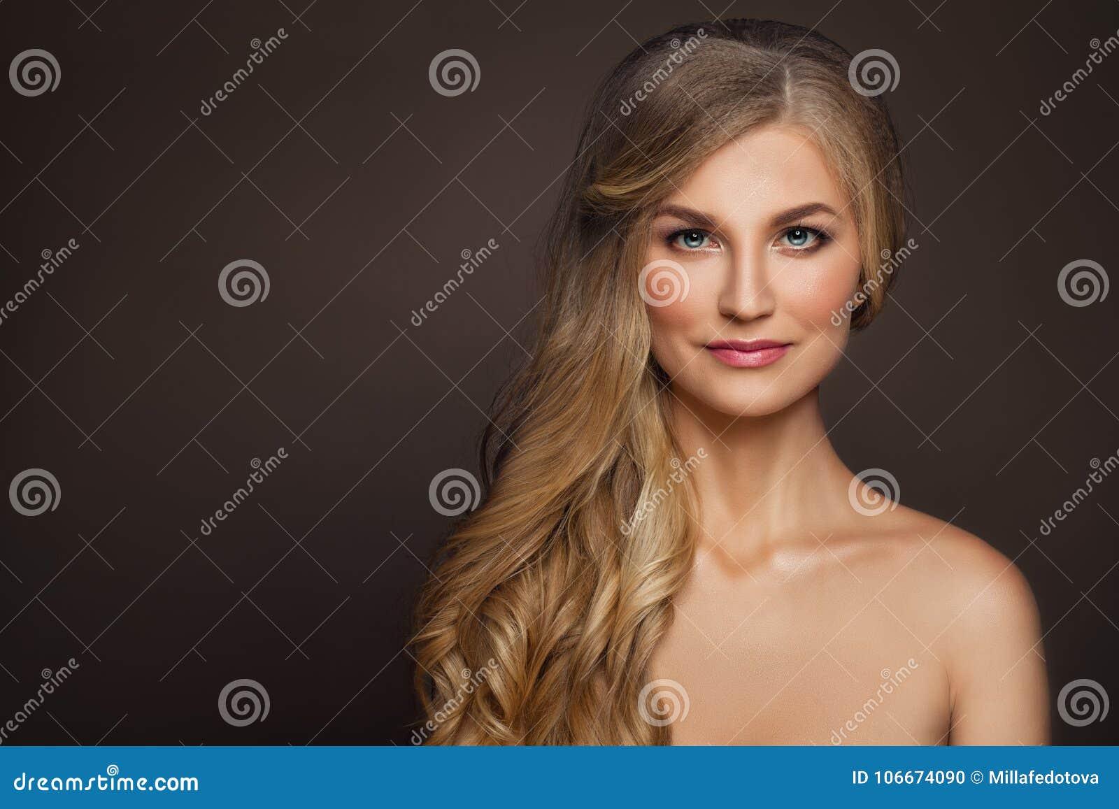 Göra perfekt den mogna kvinnan med sund hud skönhetbrunnsort