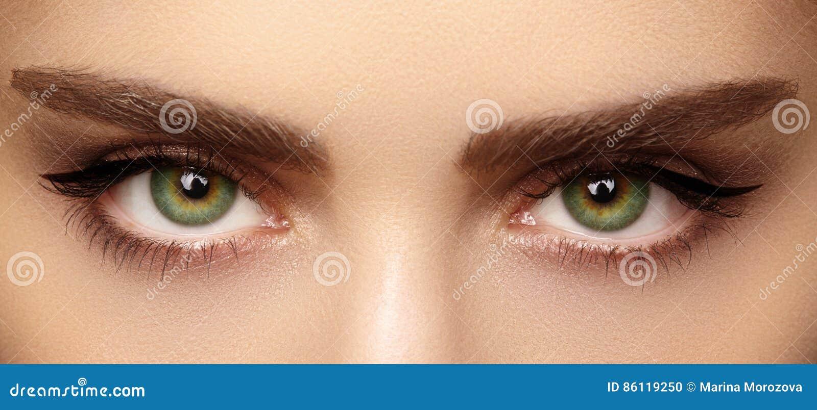 Göra perfekt form av ögonbryn och extremt långa ögonfrans Makroskottet av mode synar anlete För och after