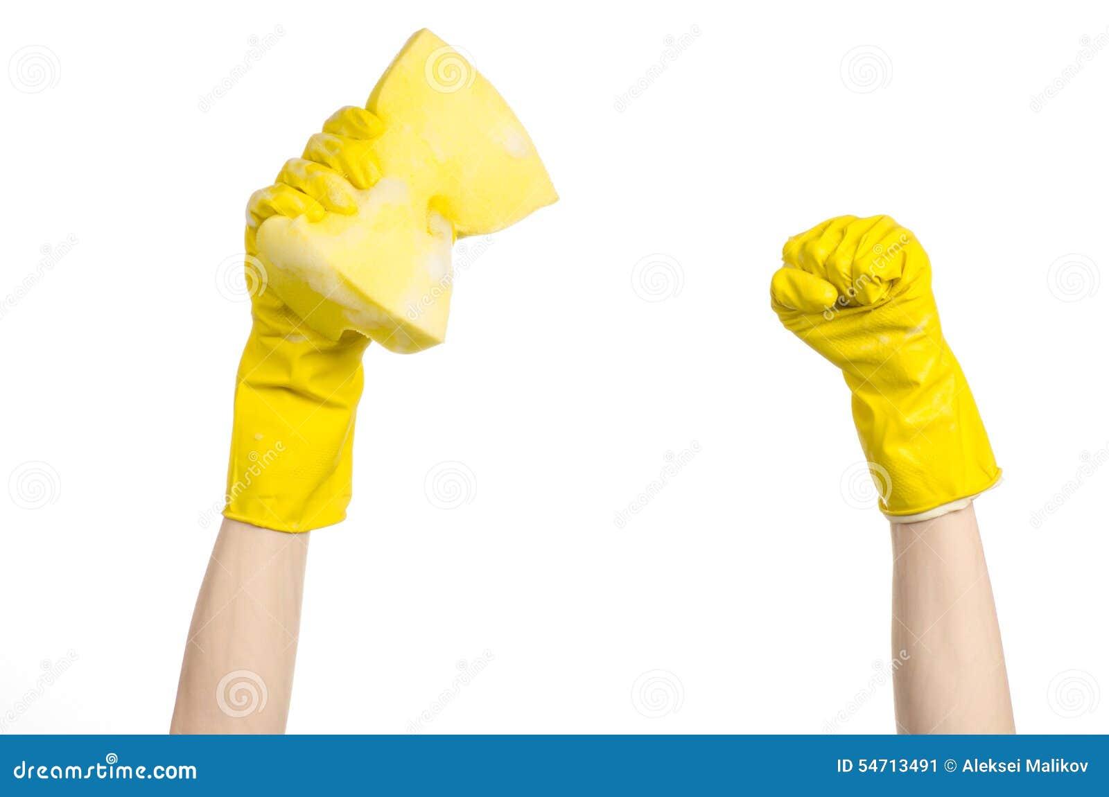 Göra ren hus- och sanitetsväsenämnet: Hand som rymmer en gul svamp våt med skum som isoleras på en vit bakgrund i studio