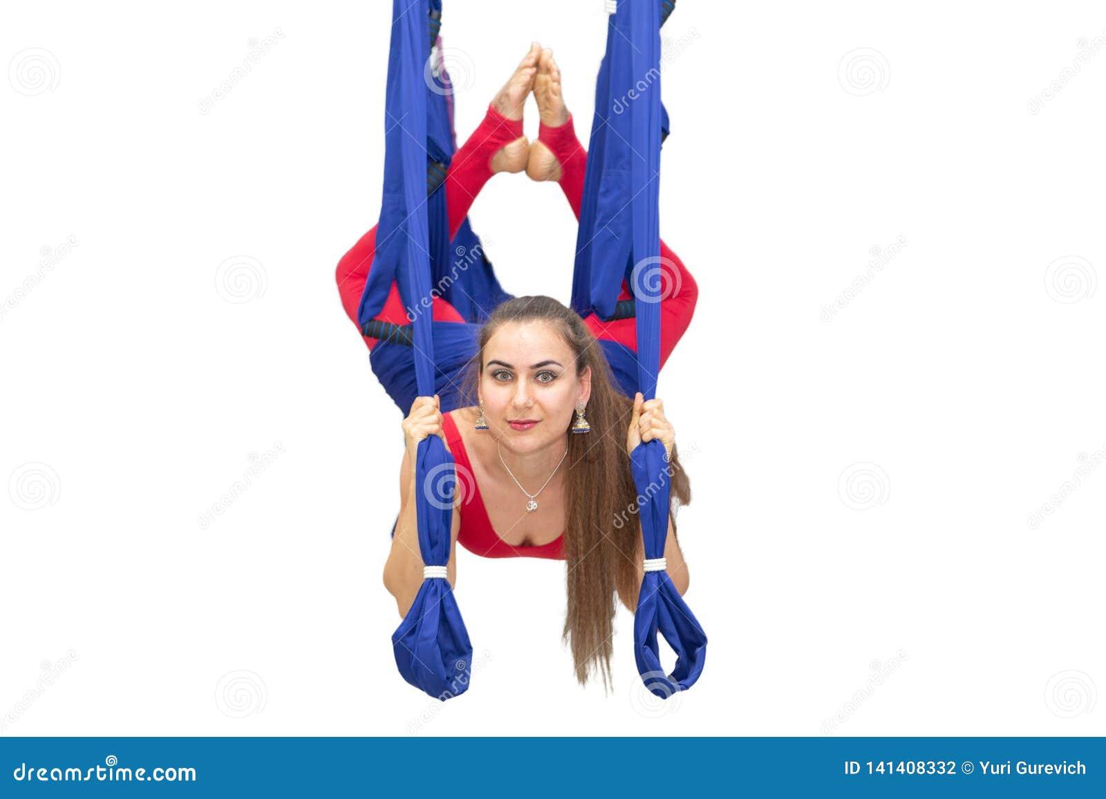 Göra sträcka kvinnabarn Kondition, elasticitet, jämvikt, övning och sunt livsstilfolk Kvinna som använder hängmattan