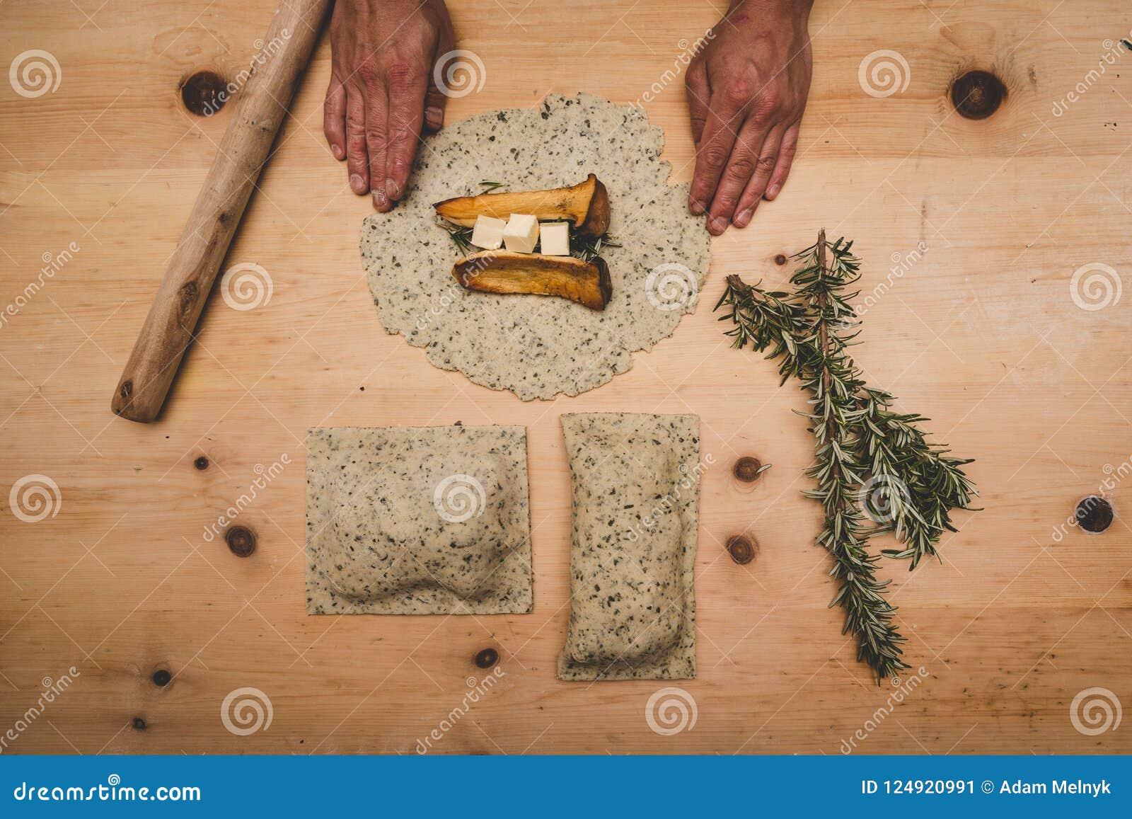 Göra till kung ostronchampinjoner i ett bakelseskal med smör och rosmarin