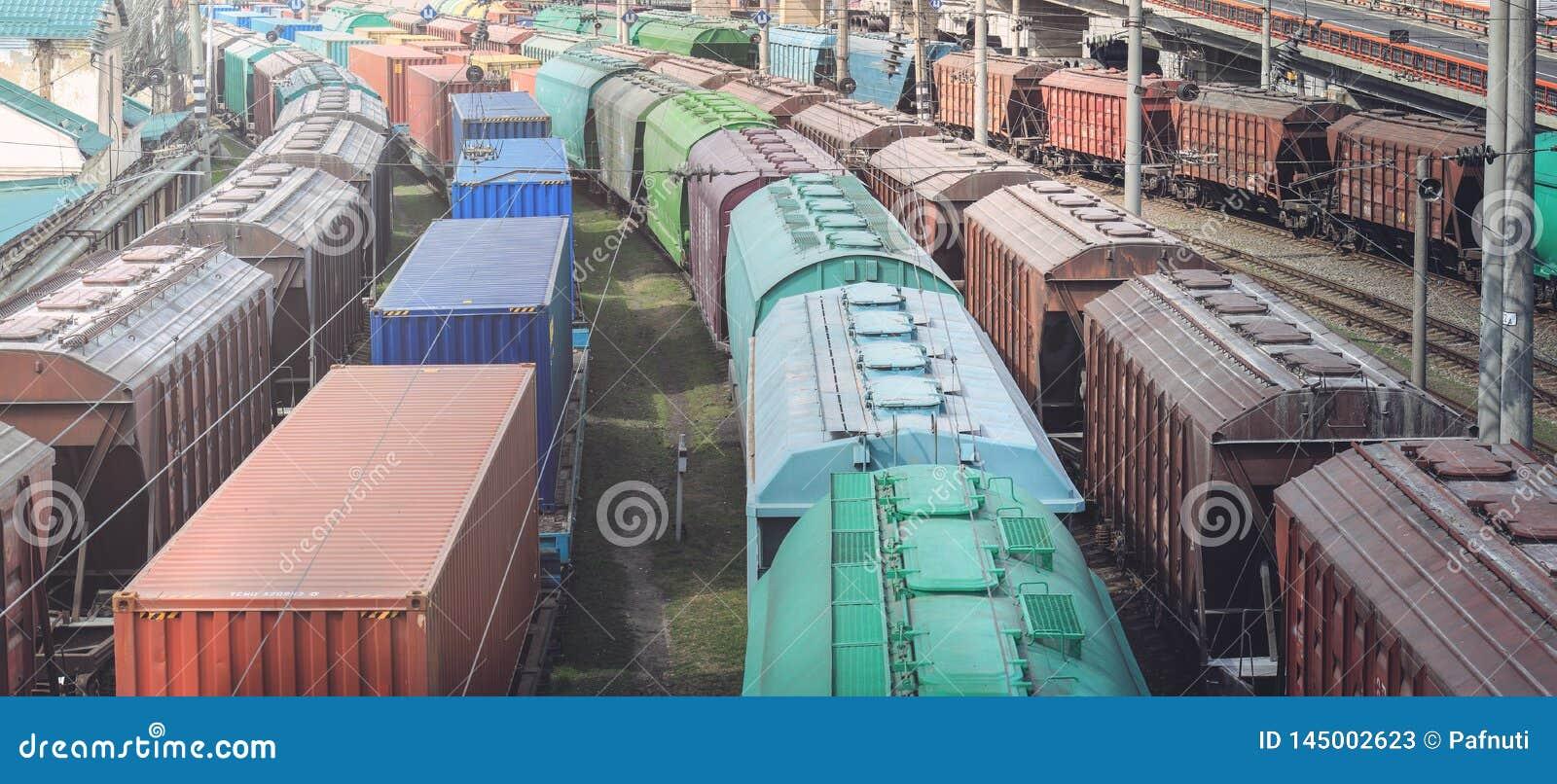 Güterwagen mit Fracht des Metalls und des Kornes im Hafen von Odessa Züge warten Anwäter für Laden am Frachtanschluß