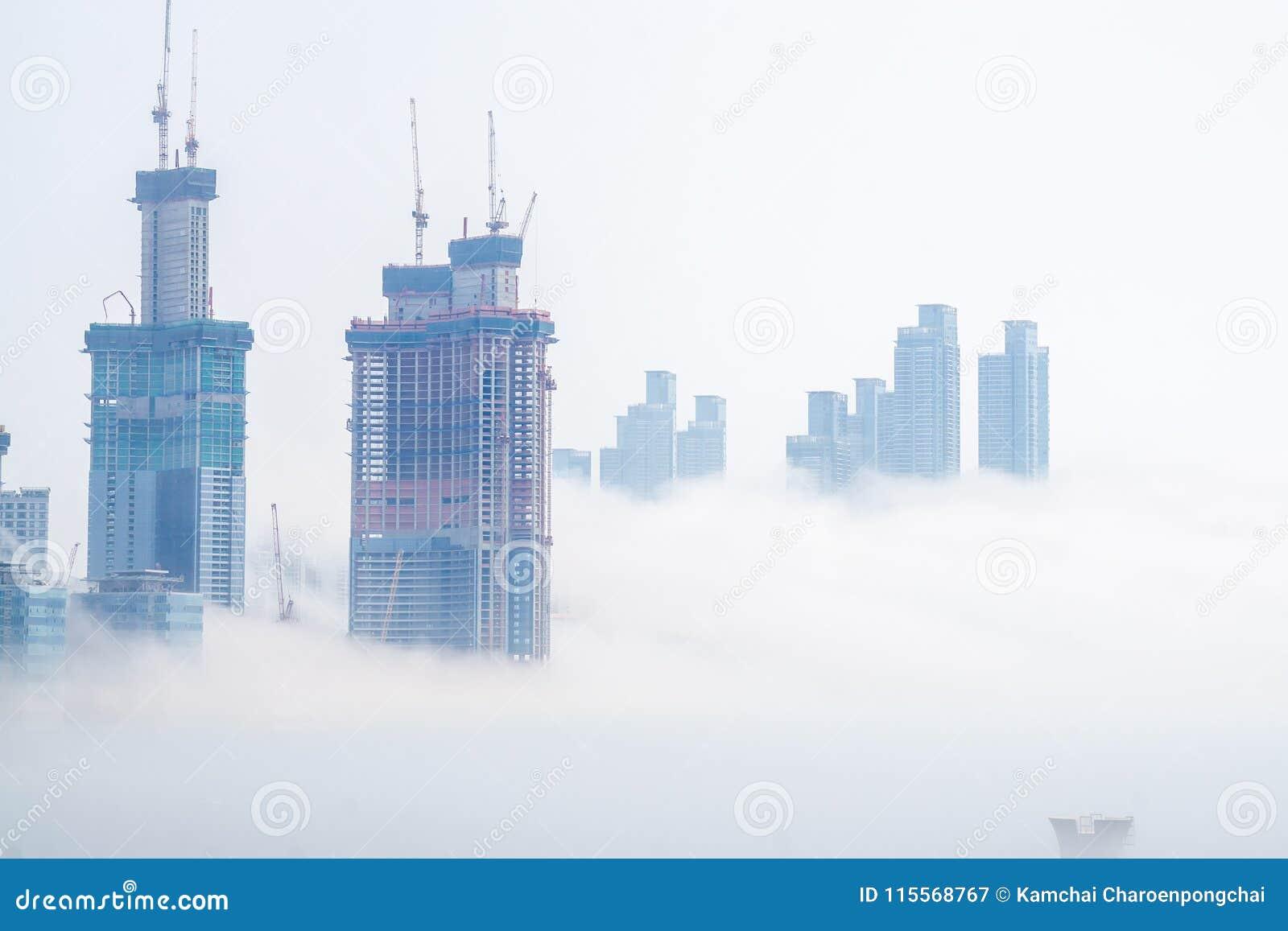 Gęsta ampuła i ciężki mgła cios od morza pas i ziemia