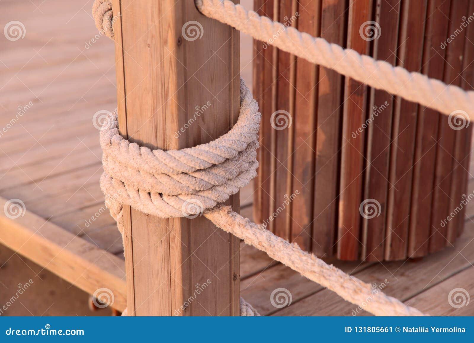 Gęsta arkana wiązał drewnianych poparcia na moście
