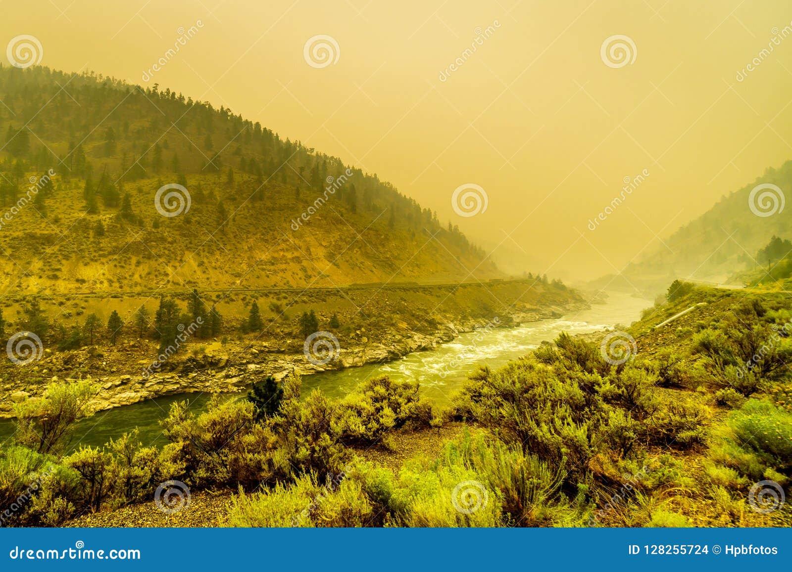 Gęsty dym w Fraser jarze w prowinci kolumbiowie brytyjska, Kanada