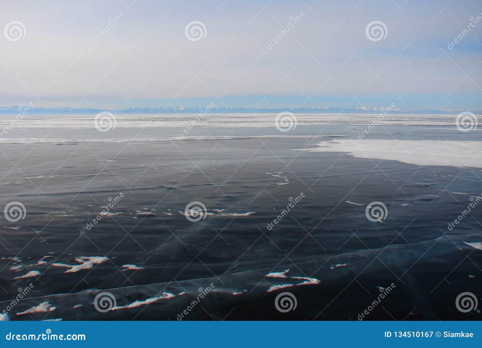 Gęsty zmrok - błękita halny jezioro w zimie lód
